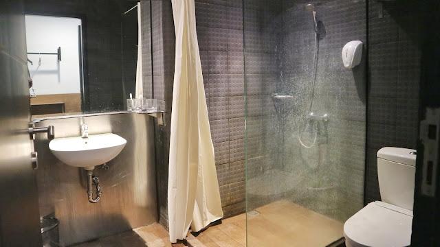kamar mandi Yellow Bee Hotel Tangerang
