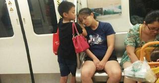 Παιδάκι στηρίζει την εξαντλημένη μητέρα του μέσα στο τραίνο και έχει γίνει παγκόσμιο viral