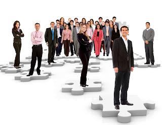 Grupo de personas sobre puzzle, selección de personal
