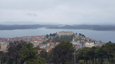 panorama sebenico con fortezza san michele in lontananza