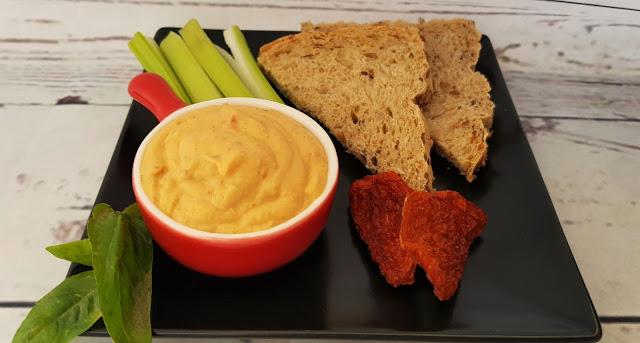 Hummus de albahaca y tomates secos