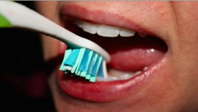 فرشُ أسنانِك بشدَّة