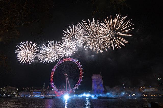 i bellissimi fuochi d'artificio che partono dalla London Eye, sulla riva sud del Tamigi tra il Ponte di Westminster