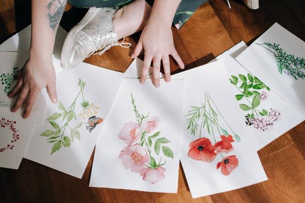Kwiaty malowane akwarelami wykorzystywane jako motywy zaproszeń od Wytwór Ślubny.