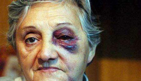 OMG: Hijos golpean a su madre porque no cocino