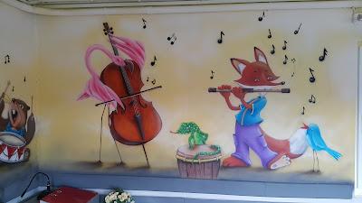 Malowanie klasy szkolnej, motyw muzyczny, malowanie zwierzątek grających na instrumentach, mural w klasie, ciekawy sposób na zagospodarowanie ścian w szkole, malowanie szkół, klas przedszkoli,