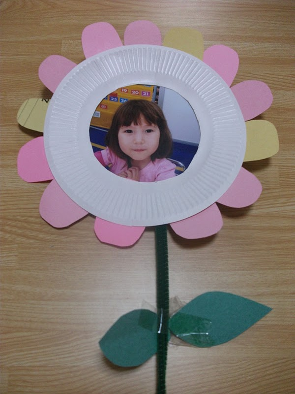 Mother 39 s day flower picture frame craft preschool for Mother s day crafts for kindergarten