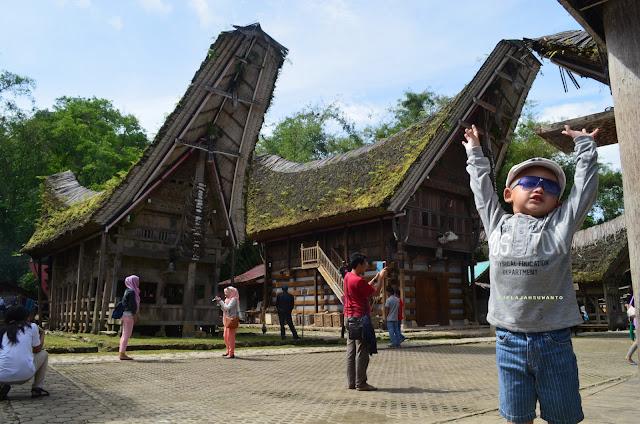 Berpose di tongkonan Kete Kesu Tana Toraja Sulsel +Fotojelajahsuwanto