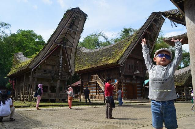 hiruk pikuk pengunjung di desa ada Kete Kesu Tana Toraja || JelajahSuwanto