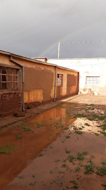 Ein überschwemmter Hof auf der Missionsstation