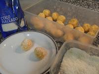 Haciendo las bolitas de zananhoria y coco.