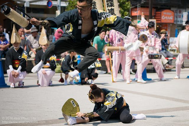 高円寺北口広場、阿波踊り、舞蝶連の舞台踊りの写真