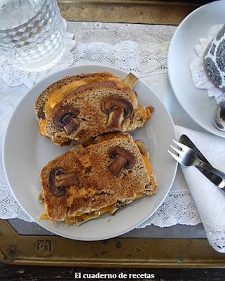 Sandwich de queso y champiñones