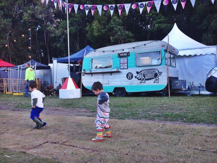 niños jugando en un mercado móvil