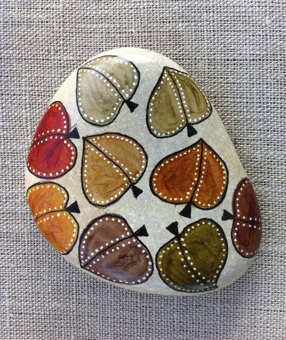 Piedra decorada con hojas de otoño