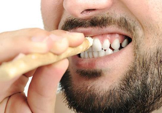 السواك لتطهير الفم وارضاء المولى
