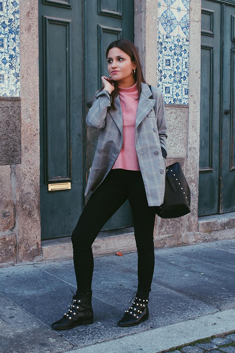 Blazer de cuadros, top rosa y botas de perlas