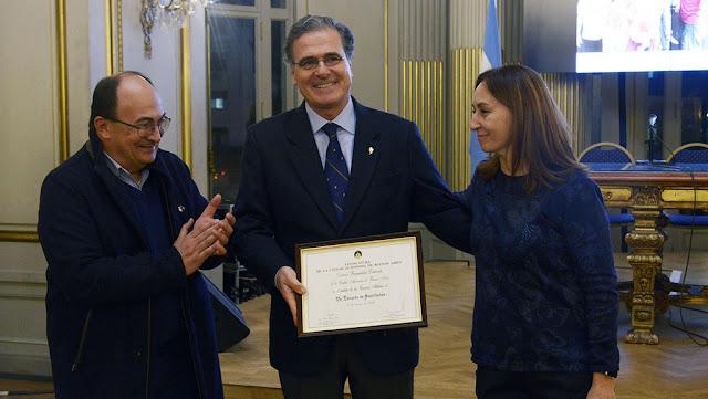 Reconocimiento para el doctor Eduardo de Santibañes, especialista en trasplante hepático