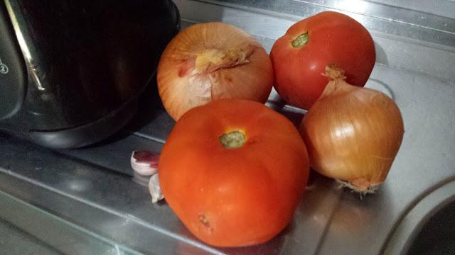 Tomates e cebolas para fazer molho de pizza