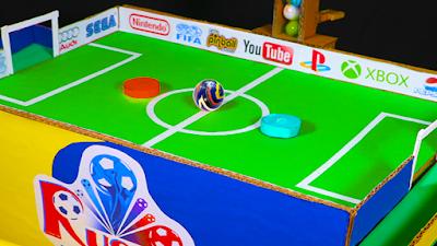 Jogando Futebol com BOLINHAS de GUDE - BRINQUEDOS DIVERTIDOS - Marble run