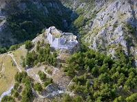 İki dağ arasındaki derbent üzerindeki küçük bir kale