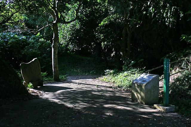 保栄茂グスクの入口と組踊未生の縁ゆかりの地碑の写真