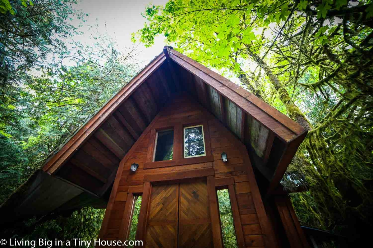 08-Roof-Construction-Jacob-Witzling-Recycled-Architecture-with-the-1-Bedroom-USD7500-Micro-House-www-designstack-co