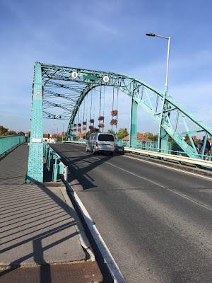 A híd előtt