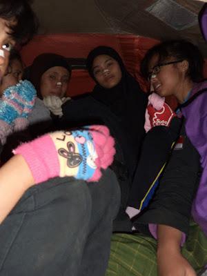 desak-desakan di tenda
