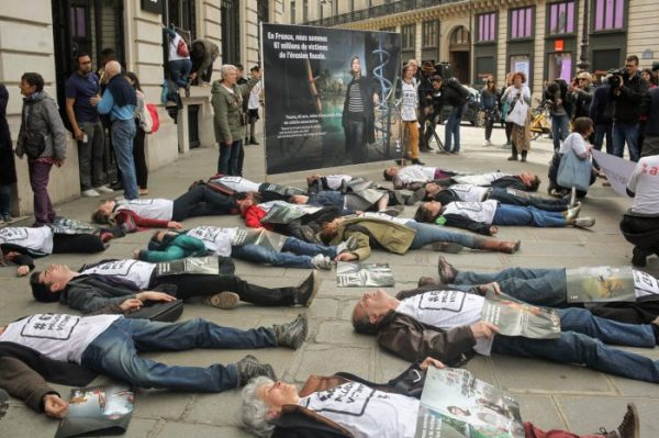 """screen-shot-2018-04-07-at-11-32-29-am-e1523266399713 French activists have decided to """"die"""" at the Apple store Apple"""