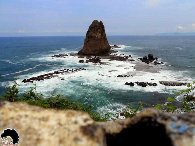 """Ikon Papuma """"Batu Kajang"""" dari puncak bukit"""