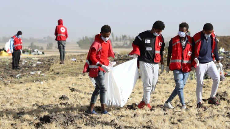 Các nhân viên tìm kiếm cứu trợ tại nạn máy bay ở Ethiopia