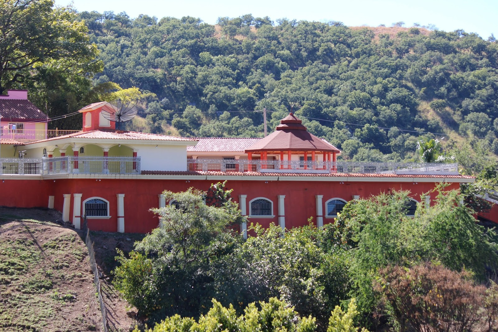 30 hombres armados y empecherados vigilan la casa de Doña Consuelo Loera