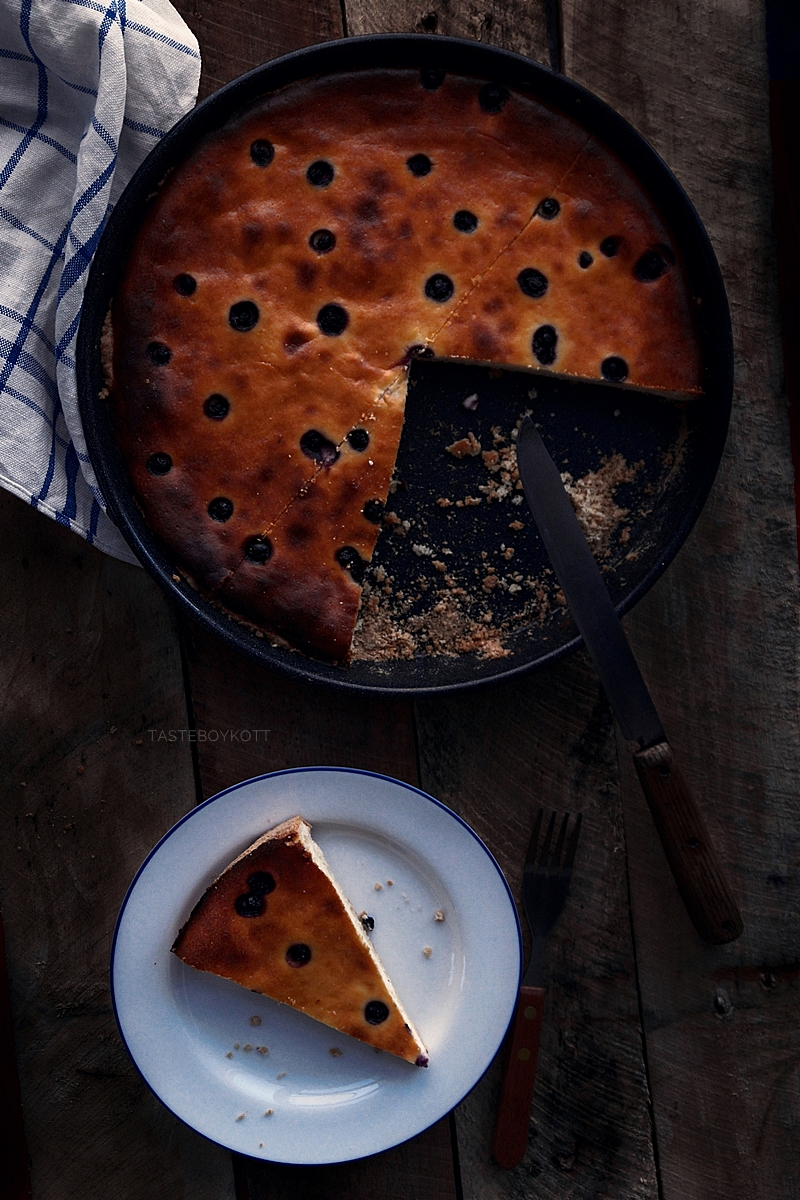 Käsekuchen mit Blaubeeren/ Heidelbeeren Food Fotografie düster // cheesecake with blueberries dark and moody food photography | Tasteboykott Blog