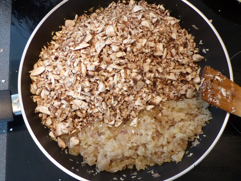 Ajoutez les champignons hachés et le jus de citron.