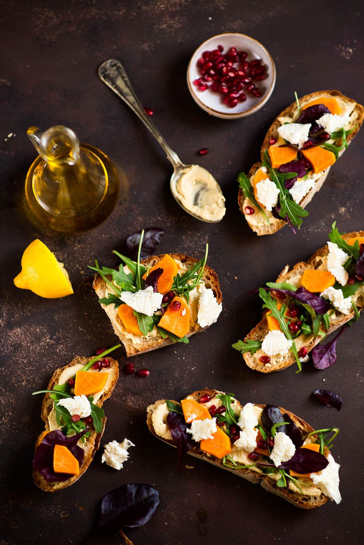Nie-nudne kanapki: grzanki z hummusem, batatem, mozzarellą i granatem