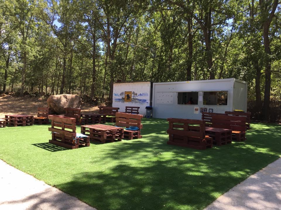 Mesas do Bar com esplanada de apoio á praia fluvial de Alfaiates