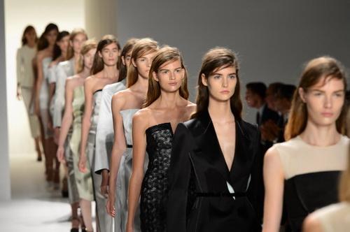 f77add60558c Формат демонстрации новых коллекций — главный вопрос на повестке дня многих  белорусских брендов модной одежды.