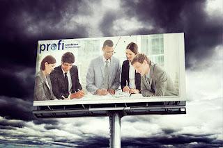 papan billboard dengan tampilan pekerja berdiskusi