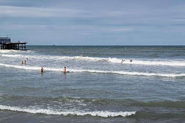 Gente nadando en el mar