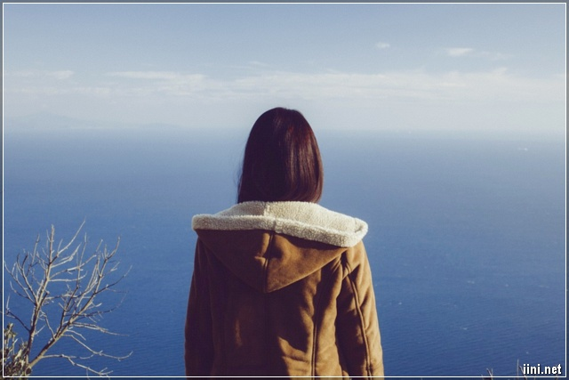 ảnh cô gái tâm trạng ngắm nhìn ra biển