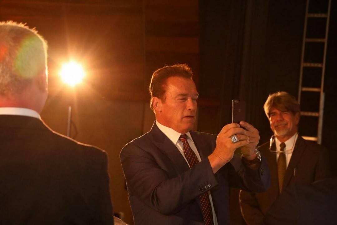 No intervalo, Arnold Schwarzenegger aproveita para tirar uma selfie. Foto: Divulgação