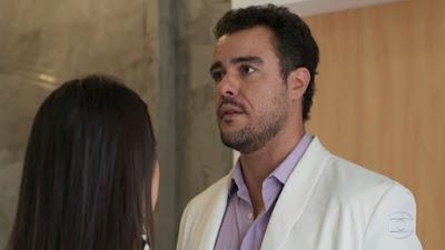 Joaquimi (Joaquim Lopes) se assusta ao ver Rita (Alanis Guillen) em sua clínica, em 'Malhação - Toda Forma de Amar' — Foto: TV Globo