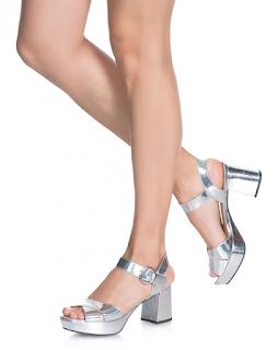 Como usar calçados metalizados