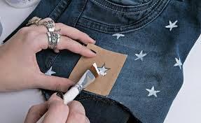 Customização de calça jeans moderna e despojada