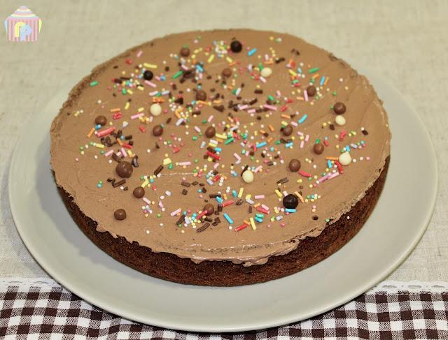 Bizcocho de chocolate cubierto con buttercream de chocolate (sin gluten ni lactosa)