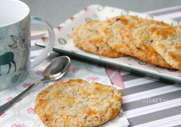 Kaffeegedeck mit Heidelbeer-Mandel-Keksen
