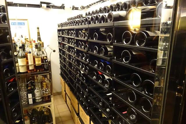 Weinflaschen Keller im Restaurant Dallmayr