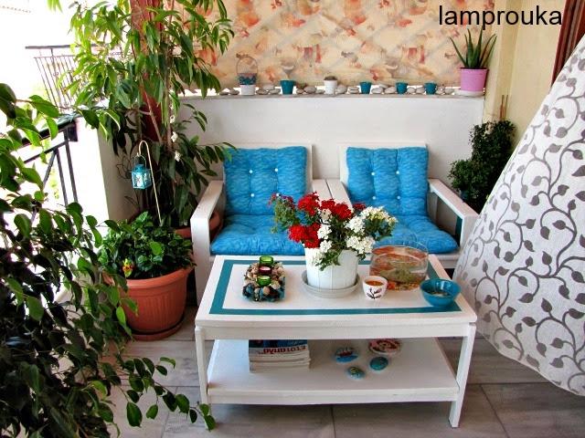 Με λίγα πράγματα και πολλά λουλούδια μπορούμε να ανανεώσουμε το μπαλκόνι μας