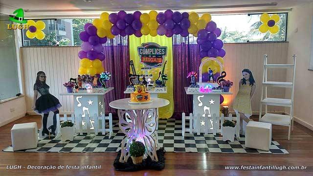 Decoração festa de aniversário Cúmplices de um Resgate - Mesa decorativa provençal simples com cortinas